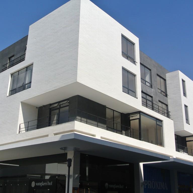 Fachada de casa contemporanea con aplicaciones de piedra - Recubrimientos para fachadas ...